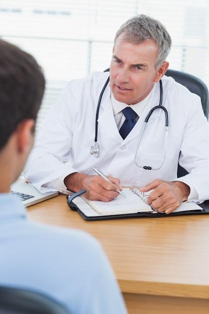Grave médico prescrever droga para seu paciente Foto Premium