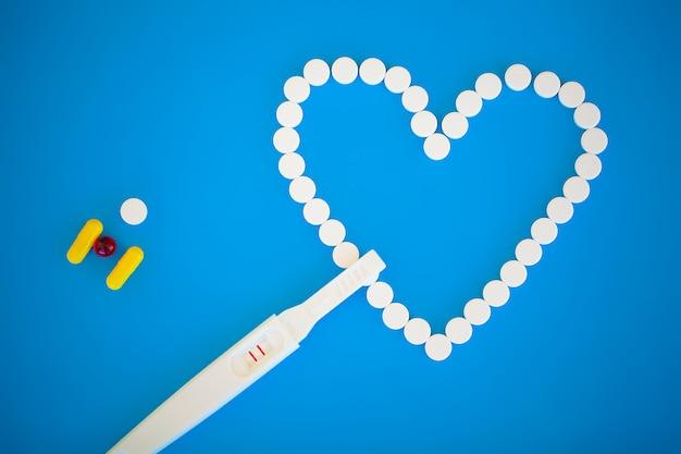 Gravidez planejamento concep. teste de gravidez positivo com duas listras e pílula anticoncepcional Foto Premium