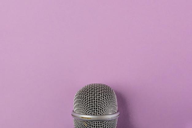 Grelha de aço close-up do microfone no fundo roxo Foto gratuita