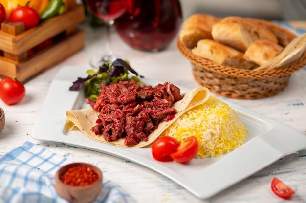 Grelhado churrasco fatias de carne de bovino, doner em lavash com salada verde, tomate e enfeite de arroz Foto gratuita