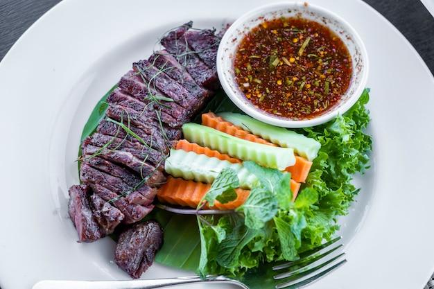 Grelhados de carne com molho tailandês Foto gratuita