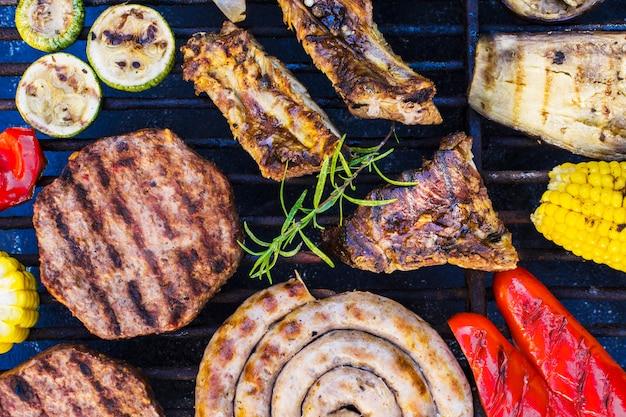 Grelhar carnes e legumes Foto Premium