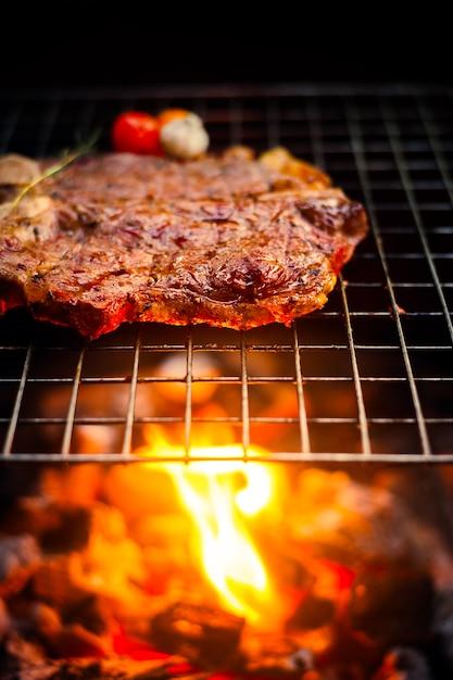 Grelhar t bone steak na grelha flamejante Foto Premium