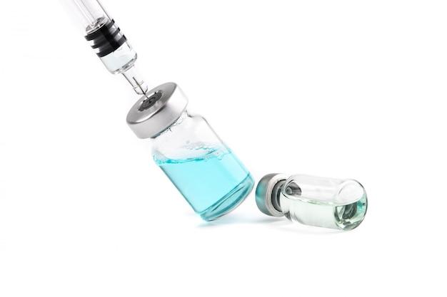 Gripe, hpv, frasco de vacina de sarampo, frascos de medicamento e seringa com injeção de agulha Foto Premium