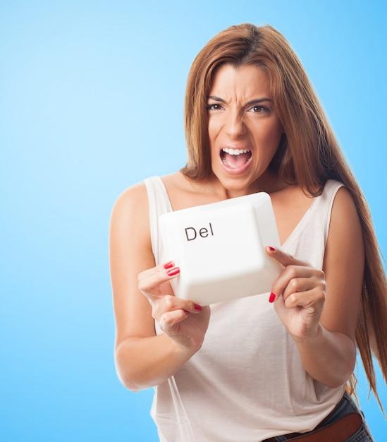 Gritando feminina segurando uma tecla delete Foto gratuita