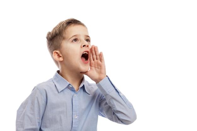 Gritando menino de escola. problemas sociais. isolado sobre o fundo branco Foto Premium