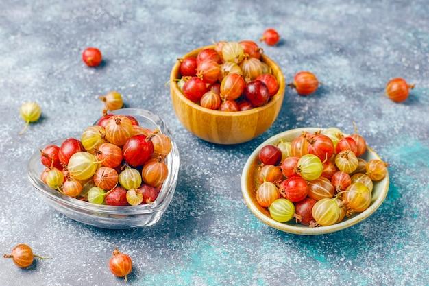 Groselhas doces orgânicas frescas em uma tigela Foto gratuita