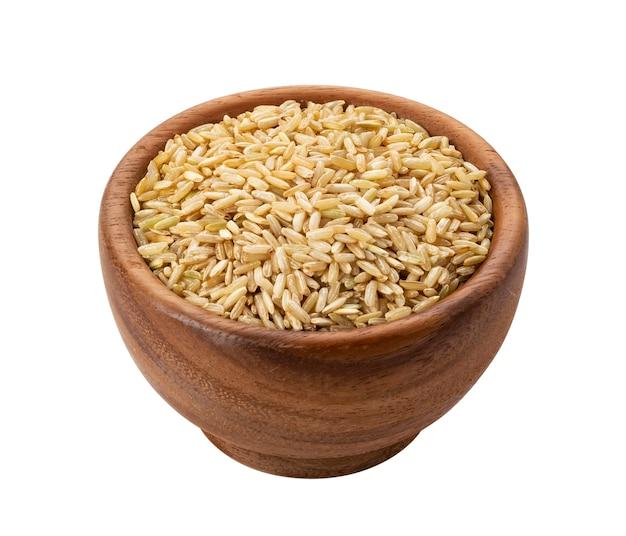 Grumos de arroz integral em tigela de madeira isolado Foto Premium