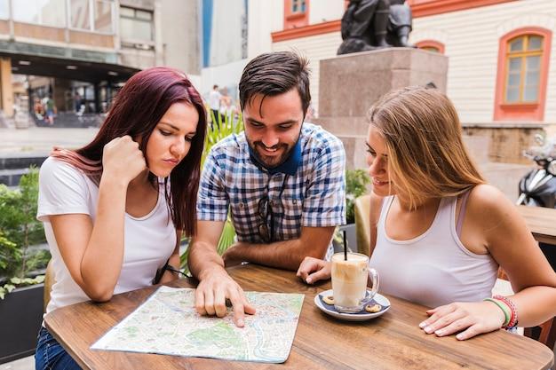 Grupo amigos, olhar, mapa, em, restaurante Foto gratuita