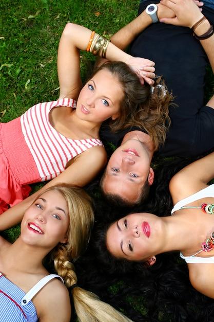 Grupo de adolescentes meninos e meninas Foto gratuita