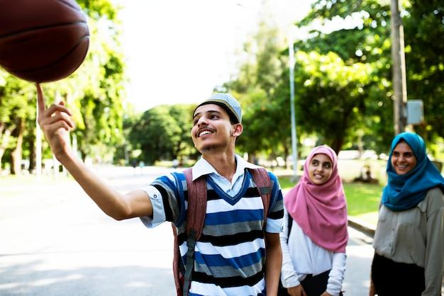 Grupo de adolescentes muçulmanos Foto Premium