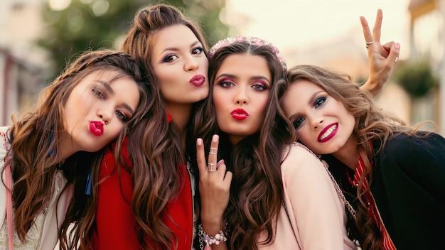Grupo de amigas lindas mulheres sorrindo e gesticulando Foto Premium