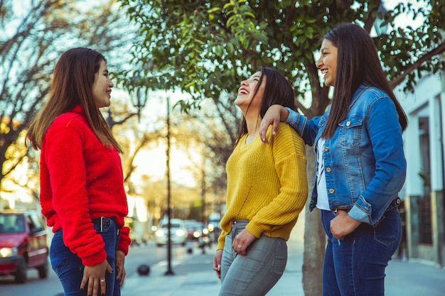 Grupo de amigas posando em uma cidade Foto Premium