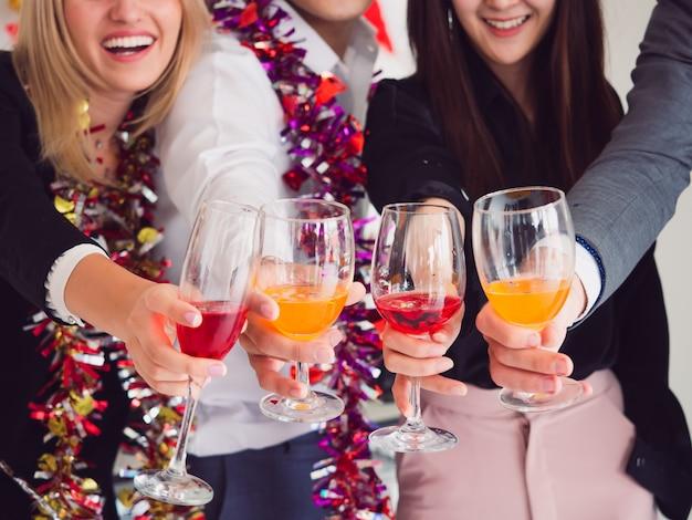 Grupo de amigo curtindo festa em casa, festa depois do trabalho Foto Premium