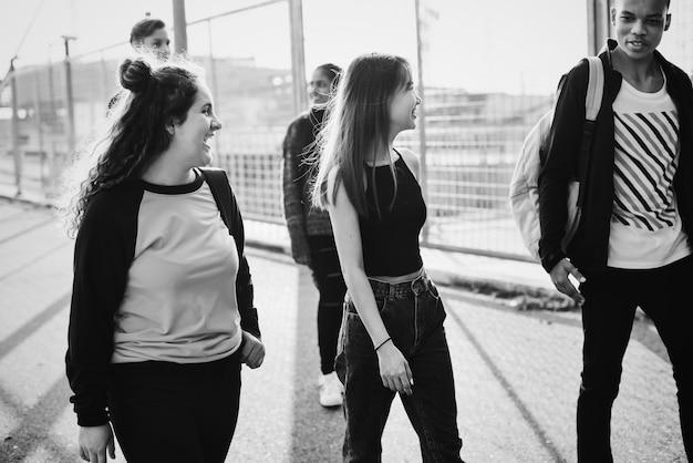 Grupo de amigos adolescentes saindo Foto gratuita