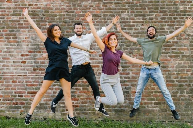 Grupo de amigos adultos alegres se divertindo juntos Foto gratuita