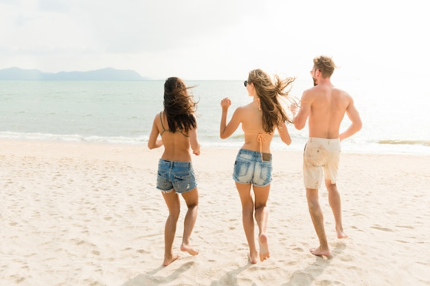 Grupo de amigos, aproveitando o verão na praia Foto Premium