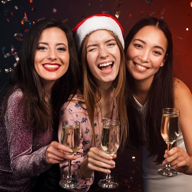 Grupo de amigos brindando com champanhe Foto gratuita