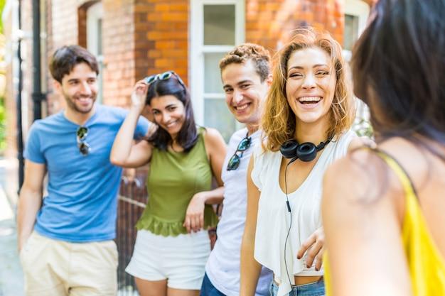 Grupo de amigos conversando e se divertindo Foto Premium