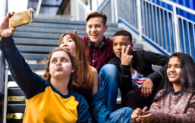 Grupo de amigos da escola se divertindo e tomando uma selfie Foto Premium