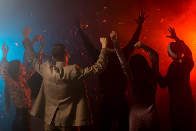 Grupo de amigos dançando em um clube Foto gratuita