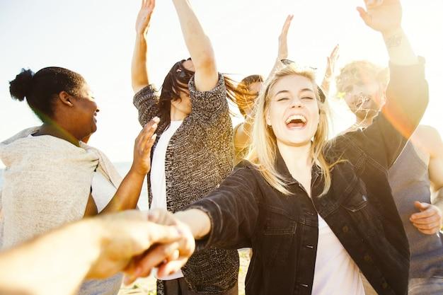 Grupo de amigos dançando Foto gratuita