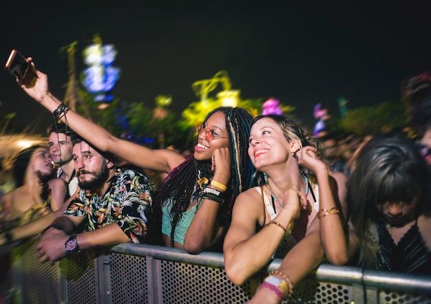 Grupo de amigos divertidos eventos dançando feriado Foto Premium