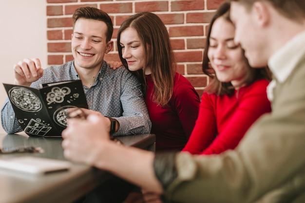 Grupo de amigos em um restaurante Foto gratuita