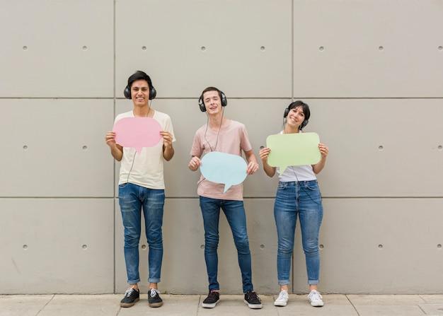 Grupo de amigos mostrando balões de fala Foto gratuita