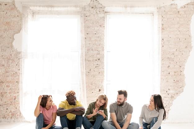 Grupo de amigos no chão de cópia-espaço Foto gratuita