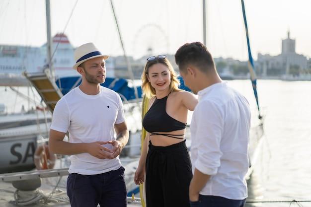 Grupo de amigos no porto Foto gratuita