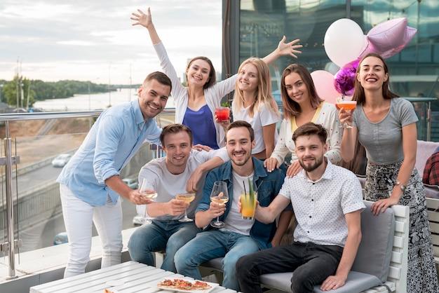 Grupo de amigos posando em uma festa Foto gratuita