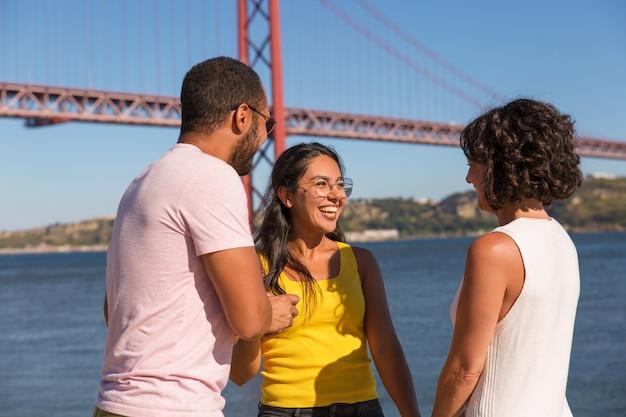 Grupo de amigos próximos, aproveitando a reunião ao ar livre Foto gratuita