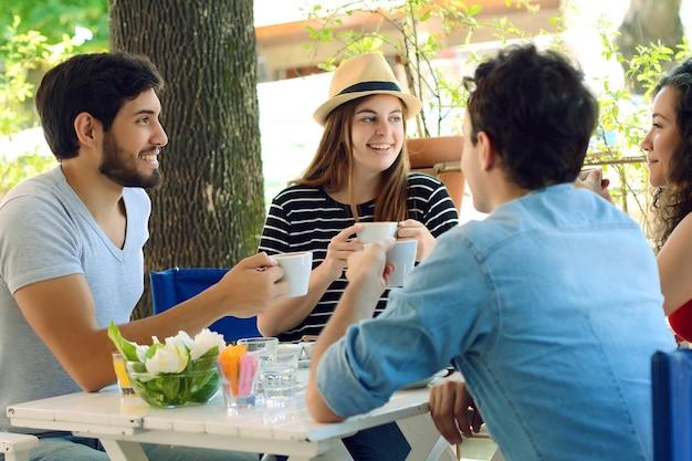 Grupo de amigos reunidos no café local. Foto Premium