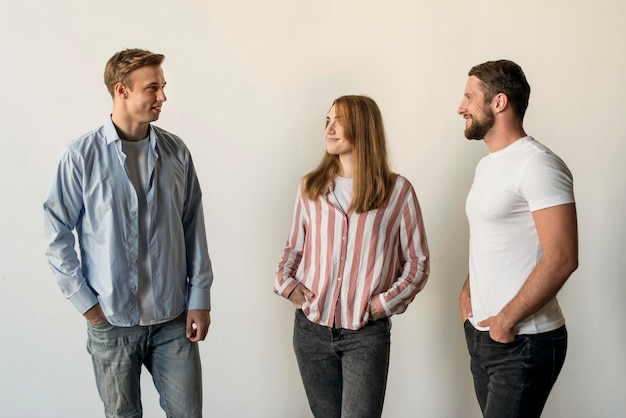 Grupo de amigos reunidos Foto Premium