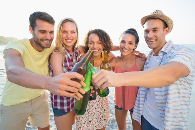 Grupo de amigos se divertindo na praia Foto Premium