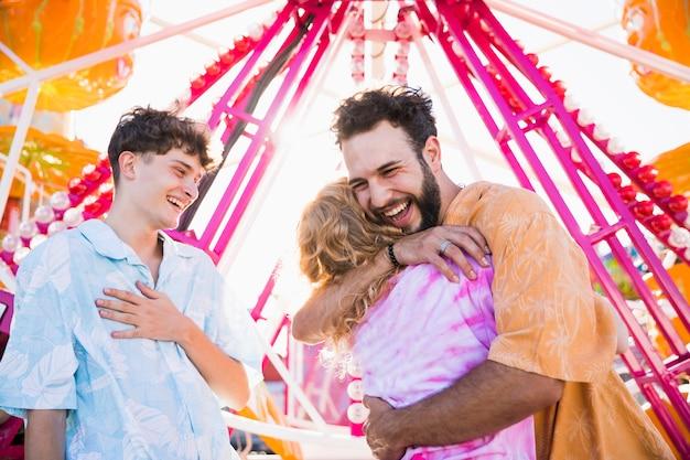 Grupo de amigos se divertindo no parque de diversões Foto gratuita
