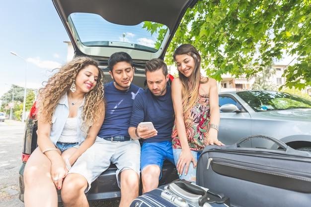 Grupo de amigos se preparando para sair de férias Foto Premium