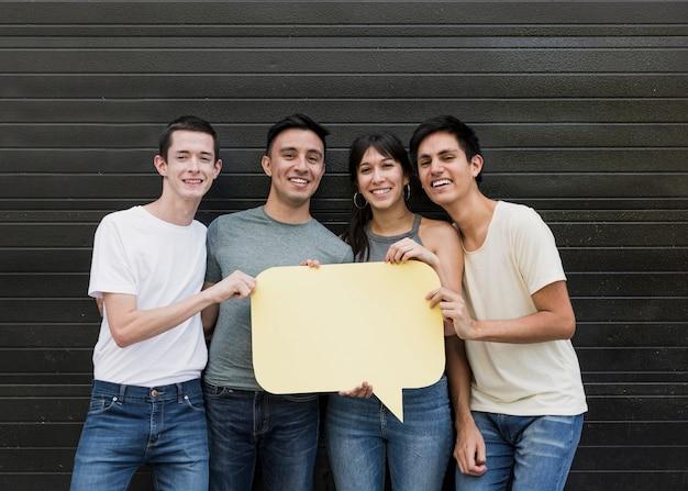 Grupo de amigos segurando balão Foto gratuita