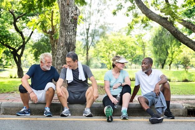 Grupo de amigos sênior relaxando juntos após um exercício Foto Premium