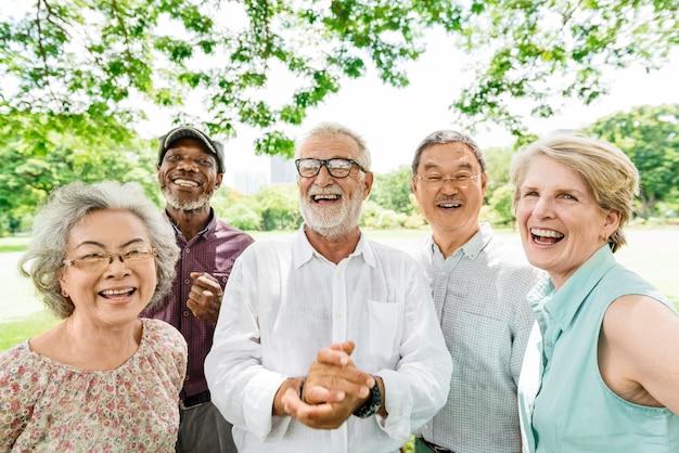 Grupo de aposentadoria sênior amigos felicidade conceito Foto Premium