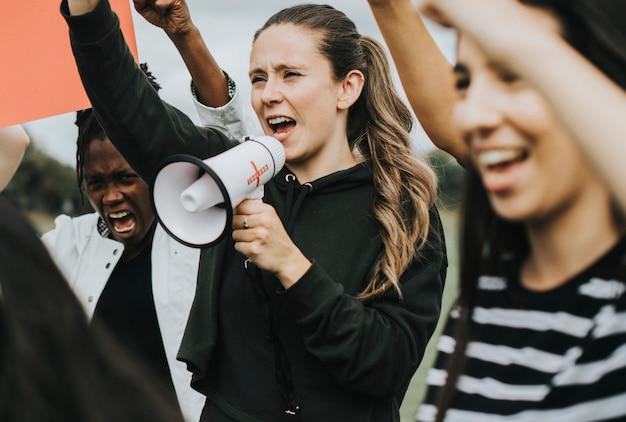 Grupo de ativistas femininos está protestando Foto Premium