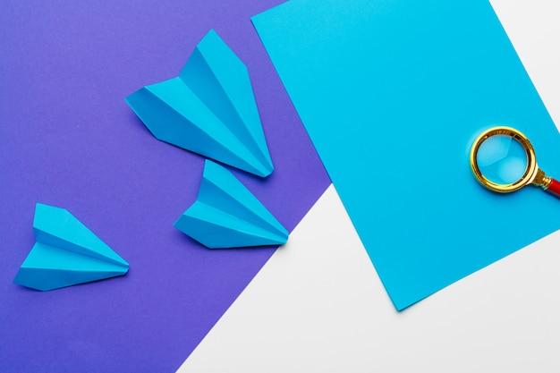 Grupo de aviões de papel em azul. negócios para novas ideias criatividade e conceitos de soluções inovadoras Foto Premium
