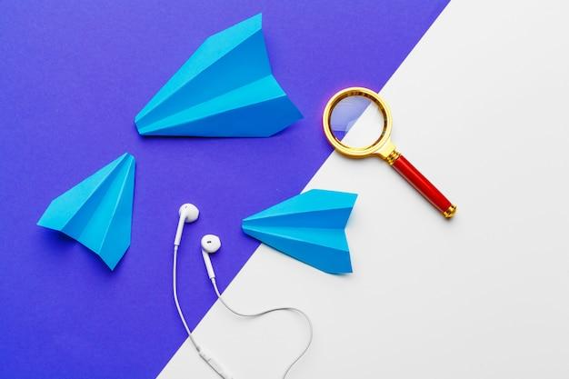 Grupo de aviões de papel na cor azul. negócios para novas idéias, criatividade e conceitos de soluções inovadoras Foto Premium