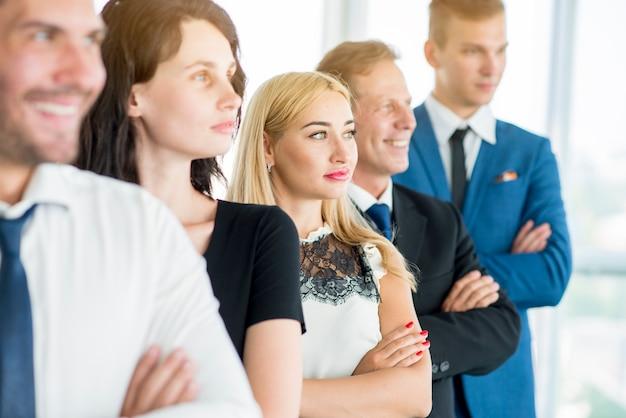 Grupo, de, businesspeople, ficar, uma fileira Foto gratuita