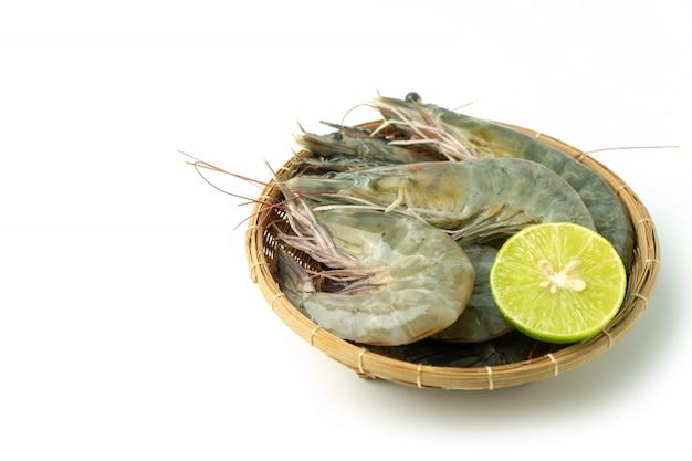 Grupo de camarão branco fresco pacífico e limão em tigela de bambu Foto Premium