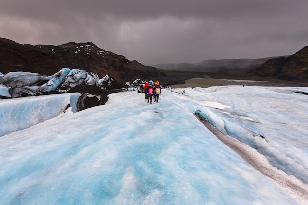 Grupo de caminhada na geleira em solheimajokull, Foto Premium
