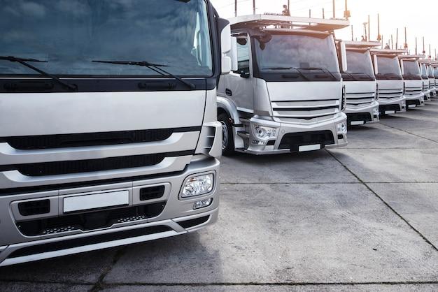 Grupo de caminhões estacionados em uma fileira Foto gratuita