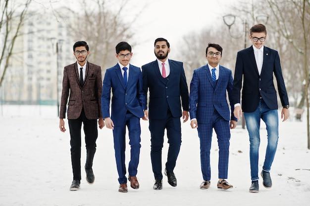 Grupo de cinco empresário indiano de terno Foto Premium