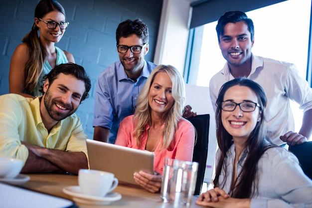 Grupo de colegas de trabalho usando um computador tablet Foto Premium